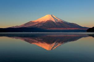 山中湖と紅富士の写真素材 [FYI01742156]