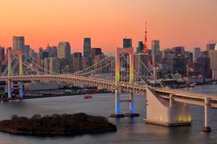 夕暮れの東京タワーとレインボーブリッジの写真素材 [FYI01742541]