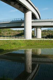 水田に写るジャンクションの写真素材 [FYI01742797]