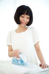 アイロンを掛ける女性の写真素材 [FYI01742812]