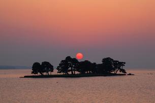 宍道湖の夕日の写真素材 [FYI01742883]