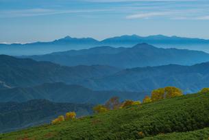 乗鞍岳位ヶ原の紅葉と南アルプスの写真素材 [FYI01742884]