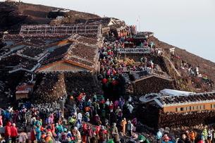 富士山山頂の山小屋と富士山本宮浅間大社奥宮 俯瞰の写真素材 [FYI01743046]