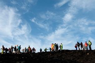富士山山頂の登山者 の写真素材 [FYI01743064]
