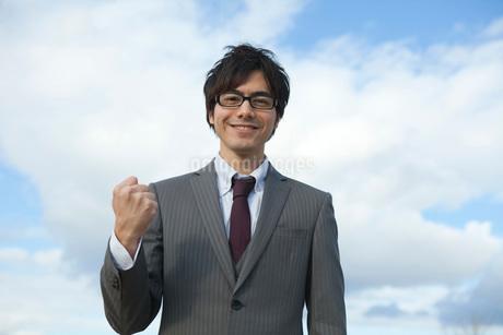 メガネを掛けてガッツポーズをするビジネスマンの写真素材 [FYI01743263]