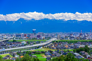 夏空の立山連峰と北陸新幹線の写真素材 [FYI01743331]