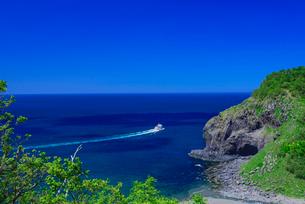 観光船と岩尾別川の写真素材 [FYI01743344]