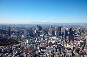 新宿三丁目から高層ビルと富士山の航空写真の写真素材 [FYI01743468]