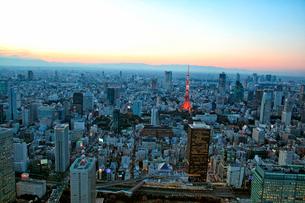 薄暮の浜松町駅から東京タワーを望む航空写真の写真素材 [FYI01743508]