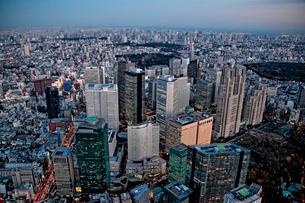 新宿高層ビル薄暮の航空写真の写真素材 [FYI01743512]