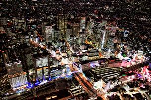 新宿南口からの夜景の航空写真の写真素材 [FYI01743560]