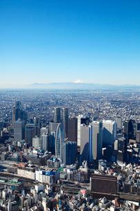 新宿高層ビル群と富士山の航空写真の写真素材 [FYI01743595]