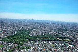 井の頭公園、吉祥寺から都心方面の航空写真の写真素材 [FYI01743680]