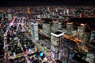 東京駅八重洲口周辺から東京タワーを望む夜景の航空写真の写真素材 [FYI01743699]