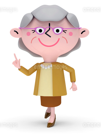 右手で指差しながら歩くシニア女性の写真素材 [FYI01743718]