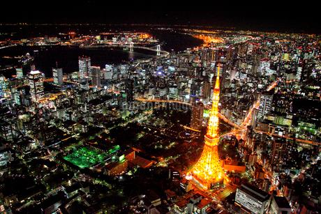 夜景の東京タワーからレインボーブリッジを望む航空写真の写真素材 [FYI01743912]