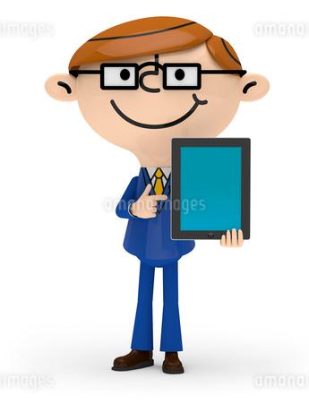 左手でタブレットPCを持ち 右手で画面を指差すビジネスマンの写真素材 [FYI01743918]