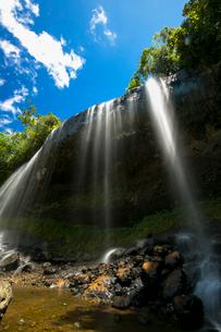 下から見上げた滝の写真素材 [FYI01743942]