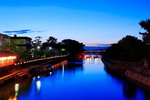 宇治川と屋形船の夜景の写真素材 [FYI01744362]