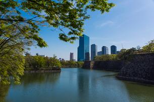 大阪城公園の新緑とビジネスパークの写真素材 [FYI01744420]