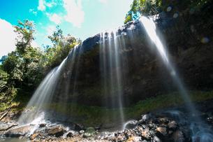 下から見上げた滝の写真素材 [FYI01744917]