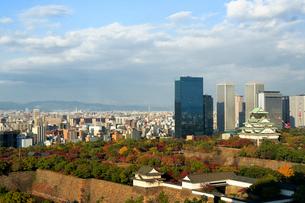 紅葉した大阪城とビジネスパークの写真素材 [FYI01744918]