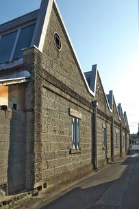 桐生市のノコギリ屋根の見える路地の写真素材 [FYI01744974]