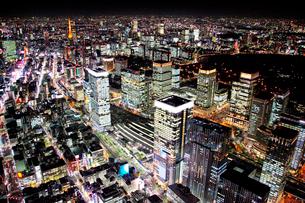 東京駅八重洲口周辺から東京タワーを望む夜景の航空写真の写真素材 [FYI01745181]