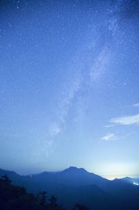 星空の石鎚山の写真素材 [FYI01745913]