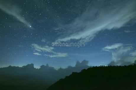 瓶ヶ森と星空の写真素材 [FYI01745982]