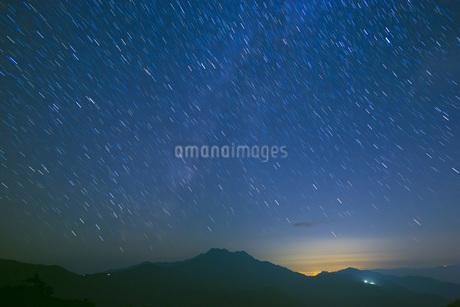 星空の石鎚山の写真素材 [FYI01745986]