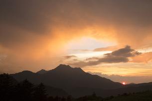 石鎚山の夕陽の写真素材 [FYI01746001]