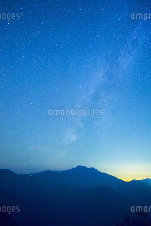 星空の石鎚山の写真素材 [FYI01746021]