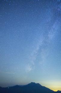 星空の石鎚山の写真素材 [FYI01746051]