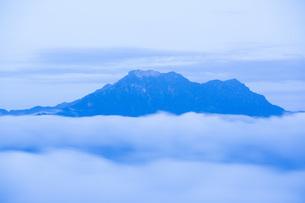 朝霧の石鎚山の写真素材 [FYI01746062]