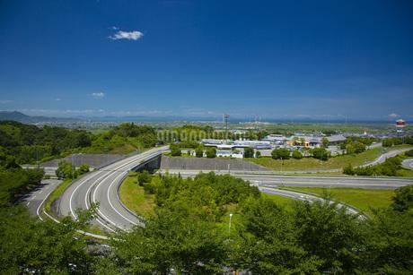 道路と西条市の写真素材 [FYI01746088]