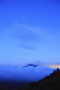 星空の石鎚山の写真素材 [FYI01746098]