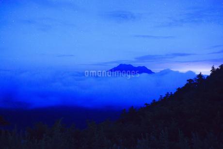 星空の石鎚山の写真素材 [FYI01746191]