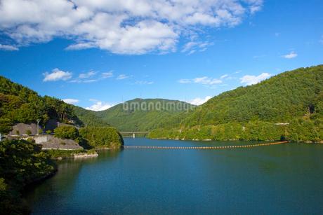 初秋のもみじ湖と雲の写真素材 [FYI01746282]