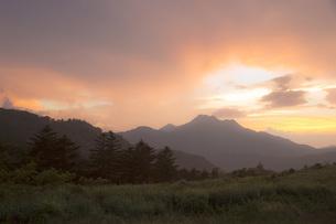 石鎚山の夕陽の写真素材 [FYI01746551]