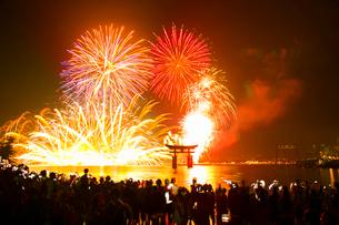 宮島の水中花火大会の写真素材 [FYI01746647]