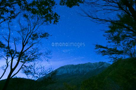 鍵掛峠より大山南壁と星空の写真素材 [FYI01746657]
