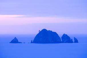 岩礁の島と夕暮れ時の水平線の写真素材 [FYI01746696]