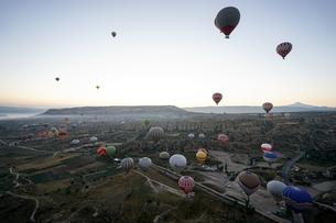 トルコ,カッパドキアの気球の写真素材 [FYI01746710]