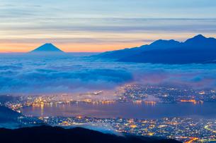 高ボッチ高原より雲海の街灯りと富士山の写真素材 [FYI01746922]