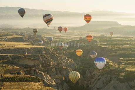 トルコ,カッパドキアの気球の写真素材 [FYI01747009]