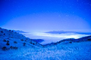 満天の星と雲海 高ボッチ高原の雪景色の写真素材 [FYI01747144]