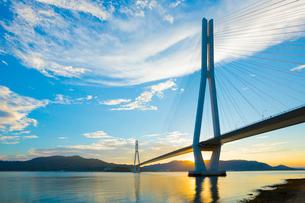 しまなみ海道 多々羅大橋と夕日の写真素材 [FYI01747242]