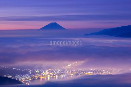 高ボッチ高原より雲海の街灯りと富士山の写真素材 [FYI01747347]