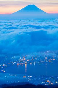 高ボッチ高原より雲海の街灯りと富士山の写真素材 [FYI01747366]